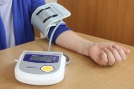 血圧を計測する女性