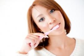 歯みがきをする女性