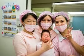 生まれたての赤ちゃんと看護師