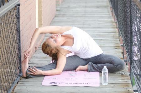 柔軟運動をする女性